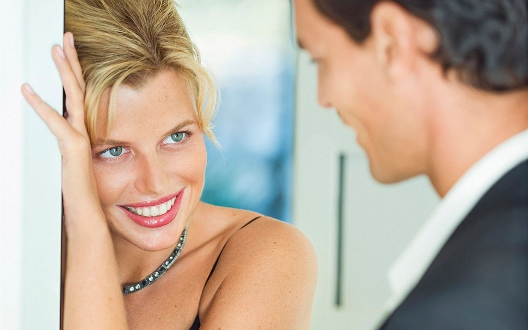 How to Understand Women's Body Language Attraction Signs